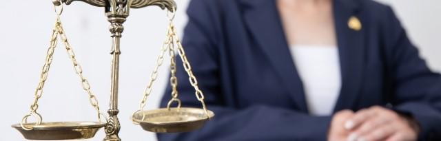 秤と女性弁護士